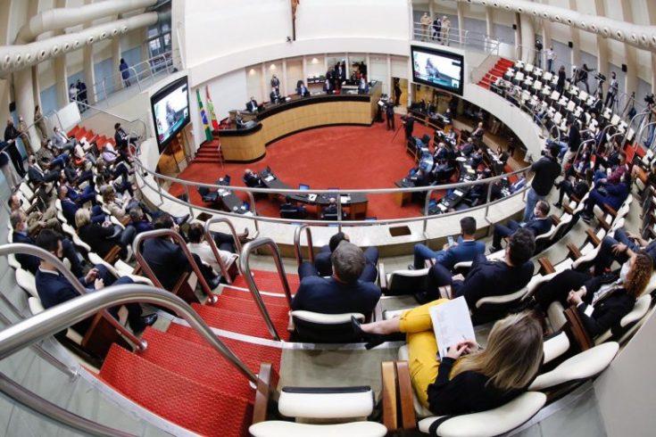 Com 33 votos a favor, também fica aprovado o processo de impeachment do governador de SC