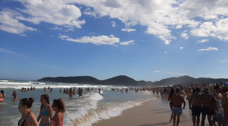 (VÍDEO) Praia no Sul de SC novamente é palco de aglomeração por pessoas em plena pandemia