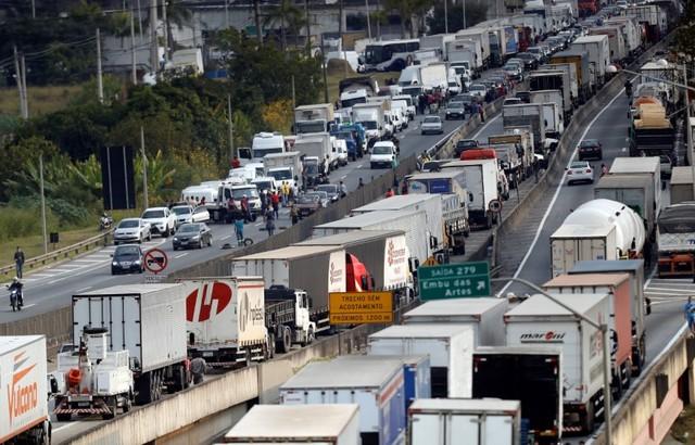 Caminhoneiros ameaçam paralização em fevereiro