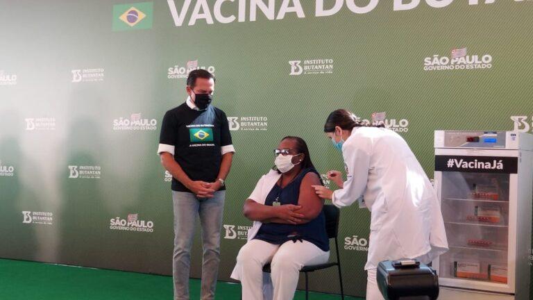 (VÍDEO) Após aprovação da Anvisa, primeira pessoa é vacinada contra Covid-19 no Brasil