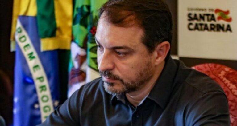 Governador Carlos Moisés tem suspeita de reinfecção por Covid-19; autoridade espera contraprova