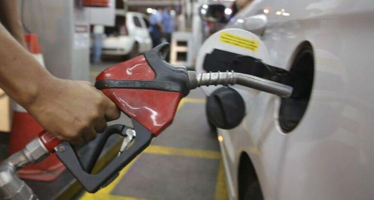 Para economizar com combustível, brasileiros abastecem no Paraguai