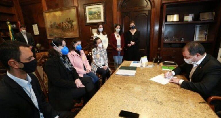 Sancionada lei que inclui lactantes no grupo prioritário da vacinação contra Covid-19 em SC