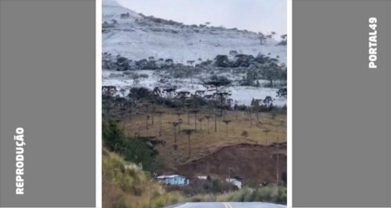 (VÍDEO) Montanhas cobertas por neve em Urubici, SC