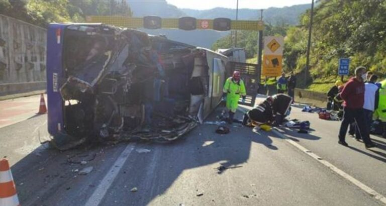 (VÍDEO) Duas pessoas morrem em acidente envolvendo ônibus do Umuarama Futsal
