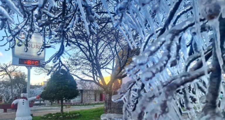(VÍDEOS) Serra Catarinense tem amanhecer gelado e temperaturas abaixo de 0ºC; pista fica congelada