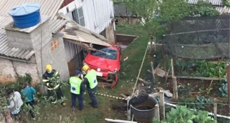 Carro sai da pista, capota e atinge casa em Bairro de Seara
