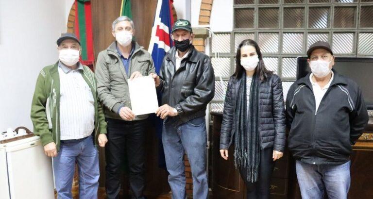 Grupo de idosos de Itá assina projeto para aquisição de mobiliários para comunidade