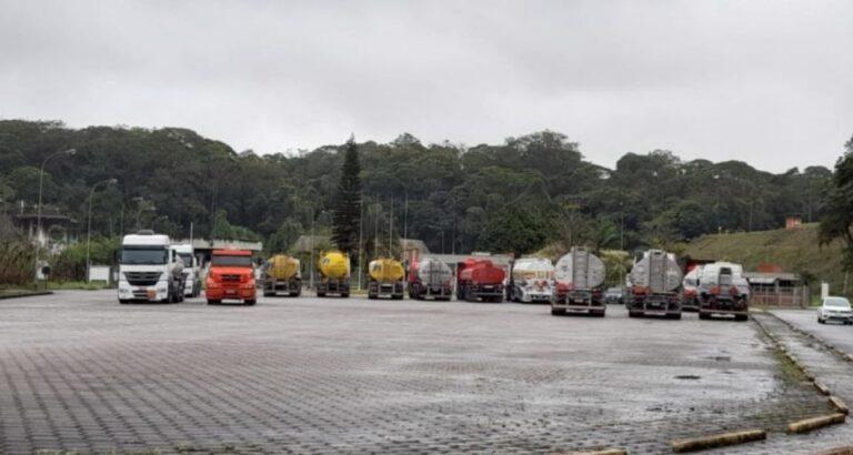 Caminhoneiros bloqueiam distribuidora de combustíveis em SC; saiba como fica abastecimento