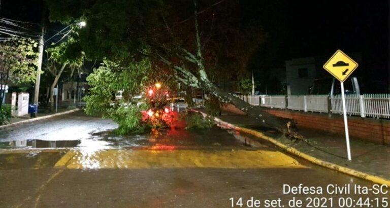 (FOTOS) Temporal causa estragos no município de Itá