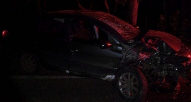 Carro atinge árvore e motorista fica ferido no interior de Itá
