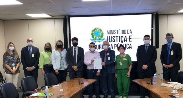 (ÁUDIO) Em audiência no Ministério da Justiça, secretário Gilberto Gonçalves debate regularização de imigrantes