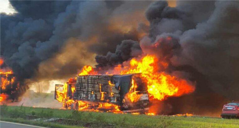 (VÍDEO) Caminhão de Seara que faz Mercosul pega fogo após acidente na Argentina