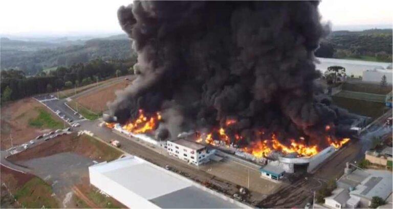 """Incêndio em Xaxim: """"Arvoredo e Seara com risco muito alto de intoxicação"""", alerta Defesa Civil"""