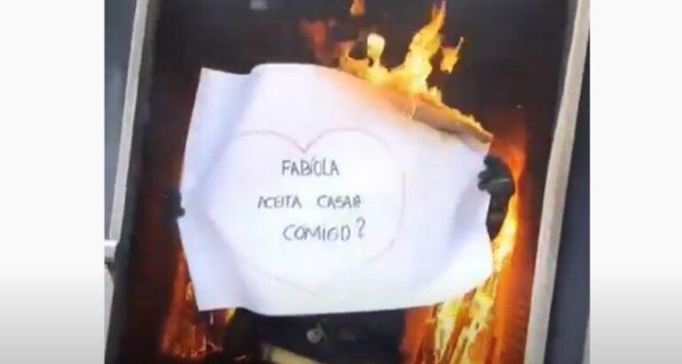(VÍDEO) Bombeiro faz pedido de casamento durante treinamento no Estado de SC