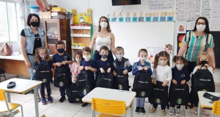 Xavantina: Estudantes da rede municipal recebem material escolar no Dia das Crianças