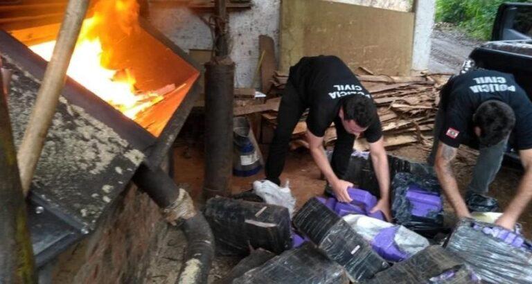 Mais de uma tonelada de maconha apreendida durante operação em Itá é incinerada