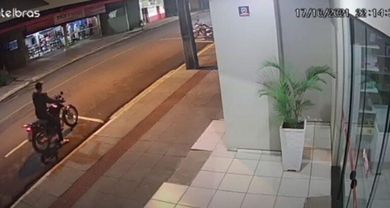 (VÍDEO) Seara: Câmera de videomonitoramento flagra furto de motocicleta